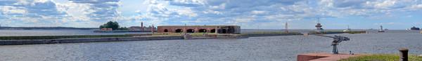 """Батарея """"Меншиков"""", за ней - Кроншлот, справа вдали - форт """"Александр I"""""""
