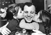Юрий Гагарин вместе с дочками: Еленой и Галиной