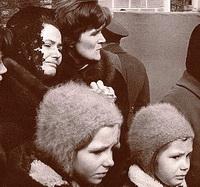 Во время похорон у Кремля: Валентина Гагарина, Валентина Терешкова и дочери Юрия Алексеевича - Галя и Лена